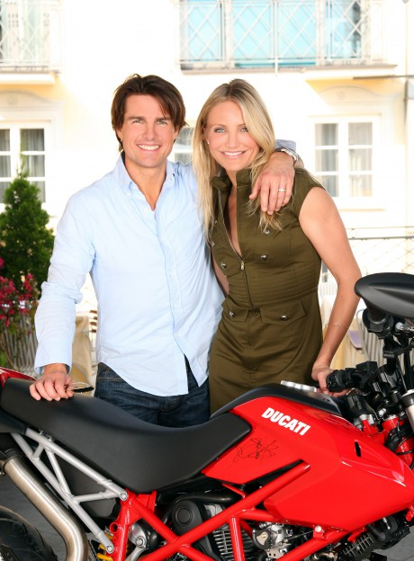 Knight & Day Filmpremiere der 20 th century fox am 21.07.2010 in München  Tom Cruise und Cameron Diaz mit der signierten Ducati für den RTL Spendenmarathon   www.rtl.de/Stiftung RTL Sparkasse KölnBonn BLZ 370 501 98 Konto: 577 629 57 spendenmarathon